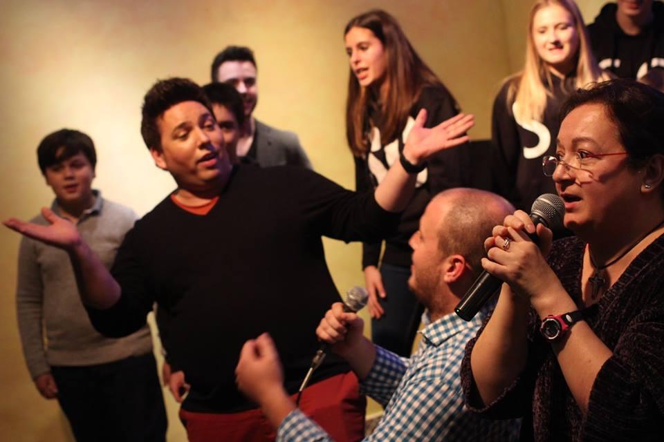 profesora de canto con sus alumnos en el concierto de disney de renacimiento